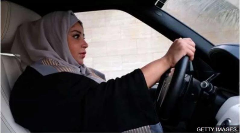 साउदी अरबका महिलाले पहिलोपटक पाए ड्राइभिङ लाइसेन्स